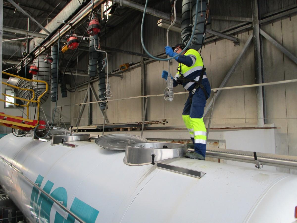 Laveur à la station de nettoyage intérieur de citernes